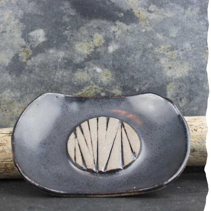 Porte-savon en gré chamotté et émail noir aux reflets métalliques. Artisanal. Fabriqué en France.