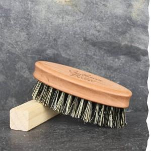Brosse à Barbe Vegan en fibre de cactus et bois de poirier. Gravée Gentleman Barbier. Fabriquée en Allemagne.